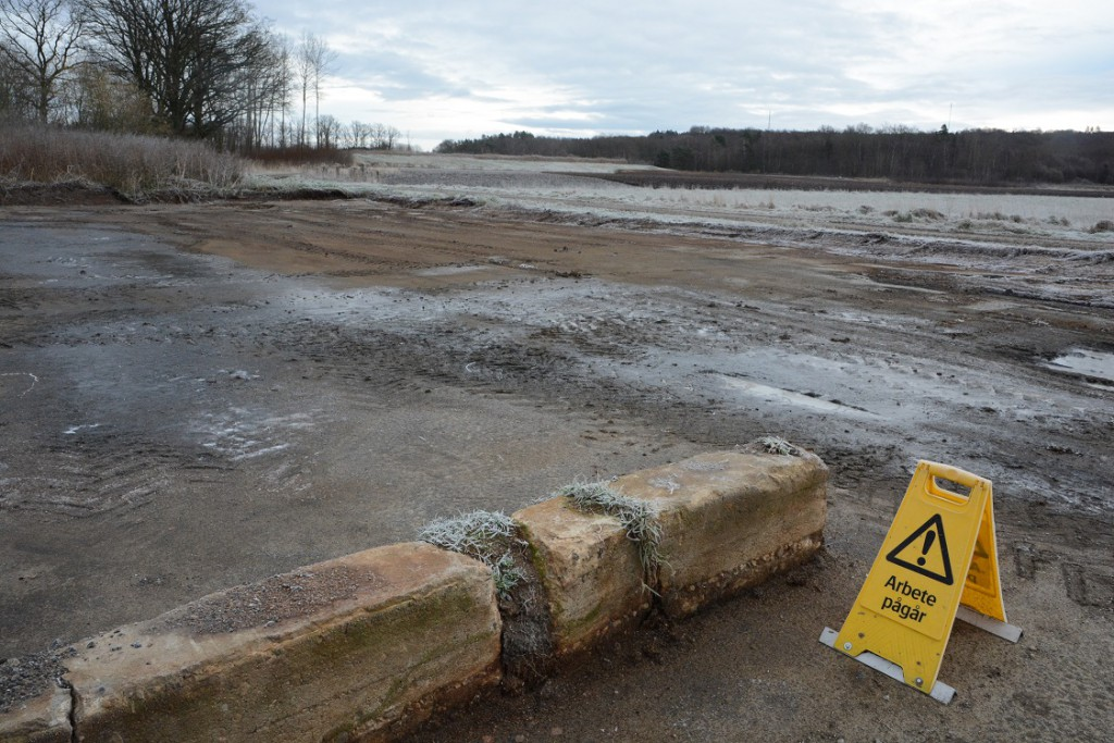 Bortgrävningen av slamtorkbäddarna har börjat. Kanten ut mot grusvägen försvann först. Foto: Berit Önell