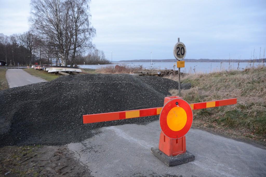 Vägen till Tormestorps båthamn är avspärrad på grund av översvämningsrisken. Foto: Berit Önell