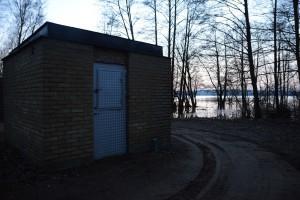 Sjörröds pumpstation ligger farligt nära sjön och vallades in förra vintern. Dörren har en lucka så att anläggningen kan inspekteras även om vattnet stiger så att dörren inte går att öppna.
