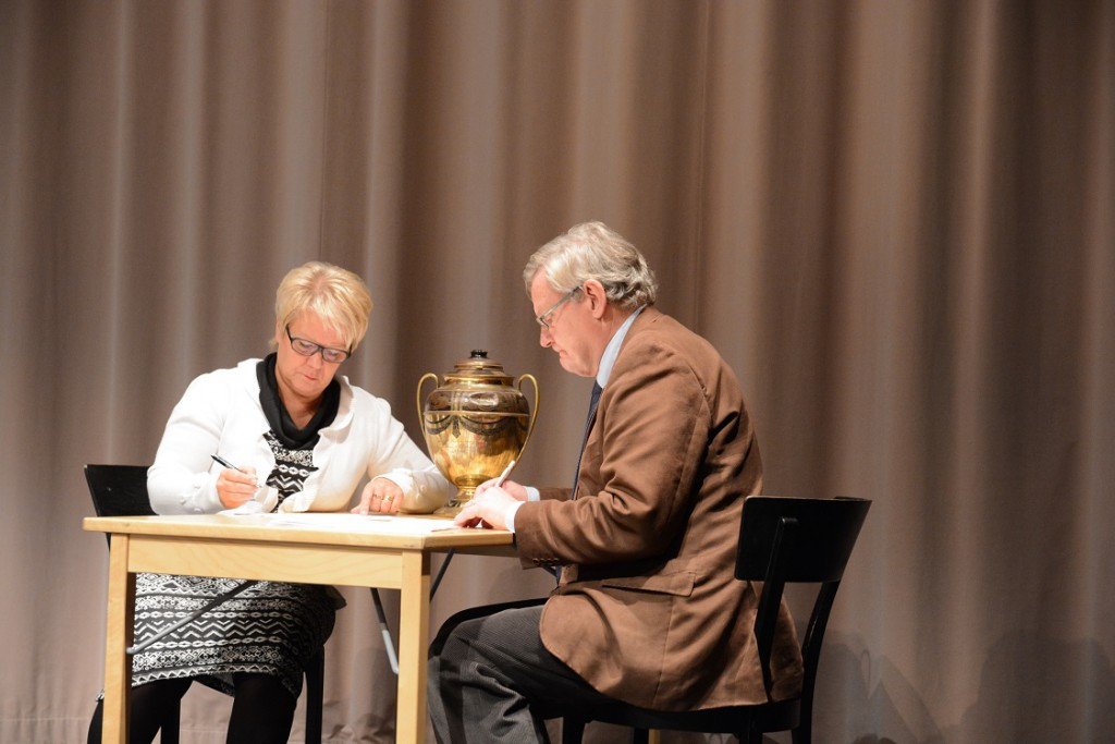 Det blev många voteringar om budgeten och rösträknarna Lena Svensson (C) och Douglas Roth (M) hade mycket att göra. Foto: Berit Önell
