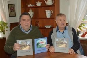 Bertil Nilsson, till vänster, och Lars Lindberg,  har just fått sin nya bok Farstorpsbilder 4 från tryckeriet. Foto: Berit Önell