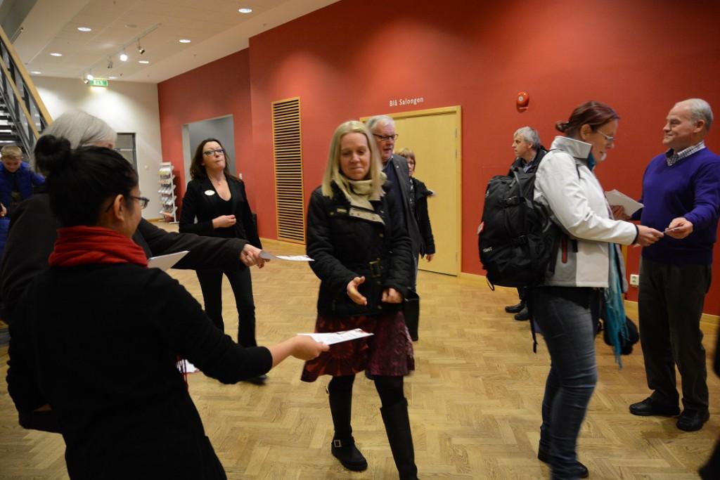 Medlemmar i Gruppen för oberoende press delade ut julkort till fullmäktigeledamöterna. Foto: Berit Önell