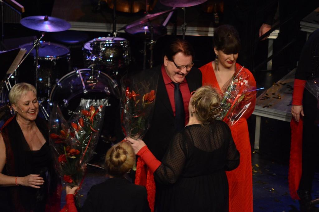 Solisterna fick blommor i finalen av konserten, men före den sista planerade sången som därmed blev det första av två extranummer.