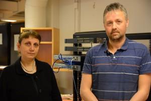 Lärarna Helen Shirinbab och Peter Nilsson får kämpa hårt för att hitta praktikplatser till eleverna som kan den senaste tekniken, i bakgrunden Cisco, ett system som kommunen snart ska skaffa.
