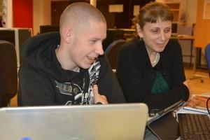 Oscar Wassbjer får lite hjälp av sin lärare Helen Shirinbab.