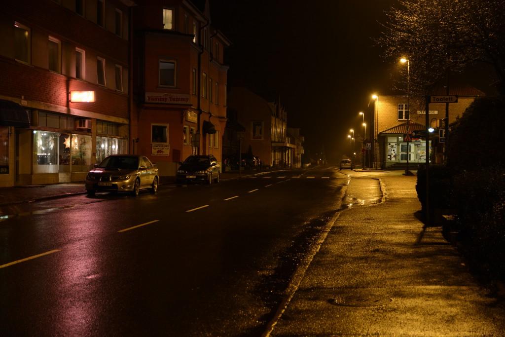 Tyringeborna saknar den vanliga julbelysningen på Järnvägsgatan. Likadant är det på flera andra orter i kommunen eftersom Trafikverket inte godkänner att belysningen fästes på deras lyktstolpar. Foto: Urban önell