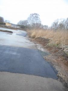 Den provisoriska lagningen av asfalten i slamtorkbäddarna har nu stoppats.