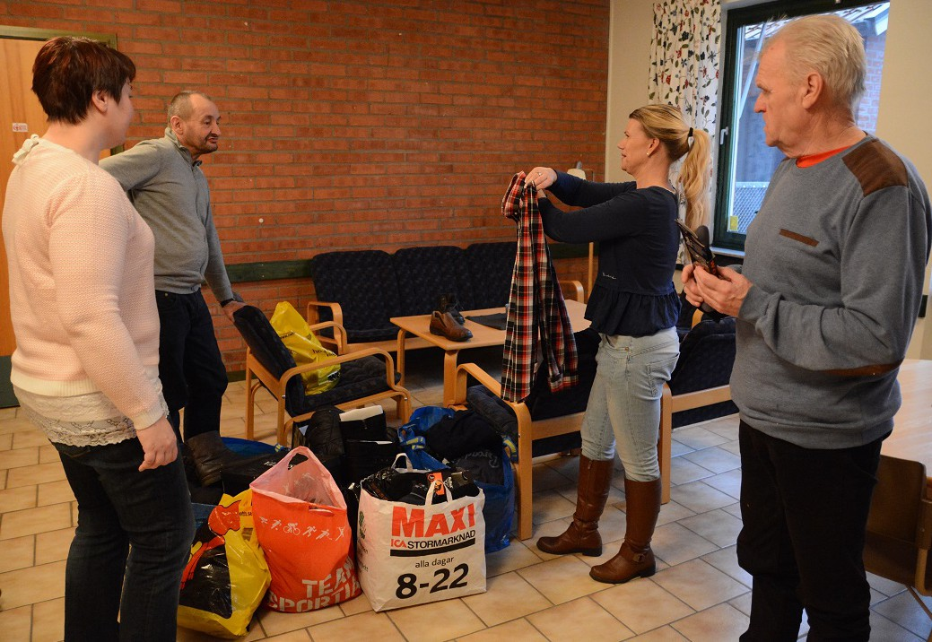 Hemlösa i Hässleholm delar ut skänkta kläder, från vänster Iwa Rönnblom, Frank Forsell, Jeanette Möller och Jonny LIndahl.