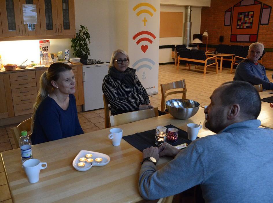 Hemlösa i Hässleholm, från vänster Jeanette Möller och Ingela Hansson, serverar frukost till behövande, Frank Forsell och Jonny Lindahl. Foto: Berit Önell