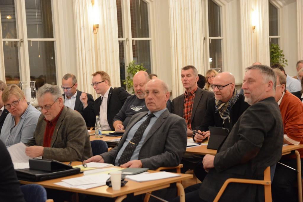 John Bruun, till höger, fick igenom sitt förslag om återremiss av motionen om musikpaviljongen. Foto: Berit Önell