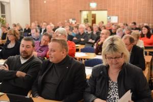 Det var fullsatt i församlingshuset, längst fram Socialdemokraterna med Lena Wallentheim och Joachim Fors längst fram från höger.