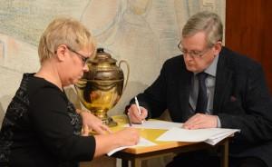 Lena Svensson C) och Douglas Roth M) räknade röster.
