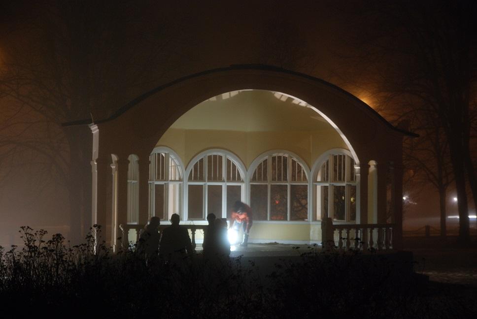 Paviljongens speciella arkitektur ska lysas upp på onsdag kväll, men förberedelserna började redan på måndagskvällen. Foto: Urban önell