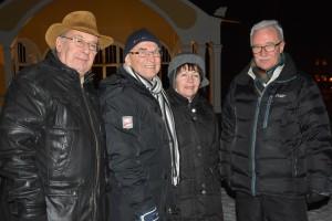 Från vänster Leif Henningsson, Evert Storm, Rosita Storm och Uno Nilsson trivdes vid glöggserveringen.