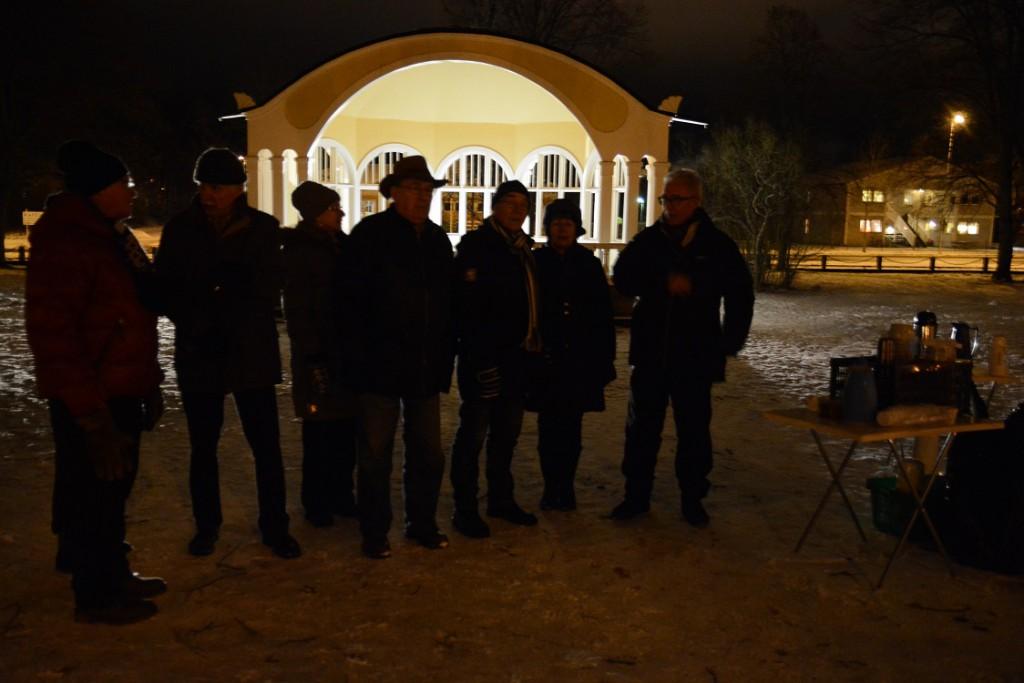 Många passade på att stanna till och dricka lite glögg vid den upplysta musikpaviljongen. Foto: Berit Önell