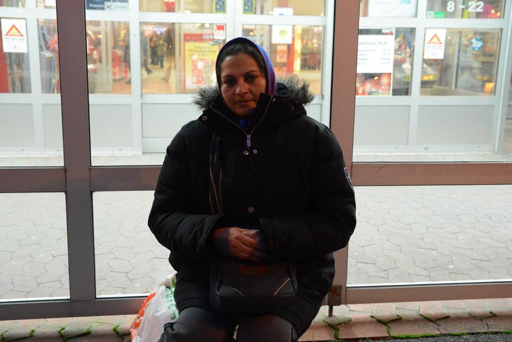 Viorica sitter kvar och tigger utanför Kvantum, trots hoten, men nu måste hon sitta utanför glasväggen istället för under det skyddande taket framför entrén. Foto: Berit Önell