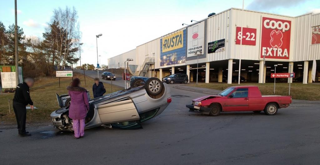 Personbilen som blev påkörd av A-traktorn voltade och blev liggande på taket. Foto: Hans Gatu