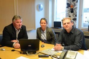 Kommunchef Bengt-Arne Persson, till vänster, IT-strateg Ann Andersson och Mathias Berglund på Hessleholm Network berättade vid en presskonferens på fredagen om den pågående diskussionen om att kommunen ska köpa Hessleholm Network. Foto: Berit Önell