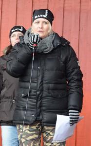 Initiativtagaren Ingela Hansson, till höger, berättade om varför det blev en manifestation.
