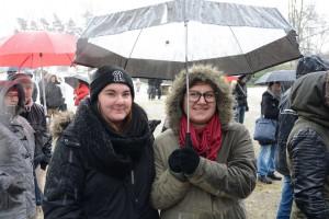 Många tyckte att manifestationen var en viktig markering. Sofia Lönnerheden och Carolin Svensson hörde till dem som höll ut framför scenen under hela programmet.