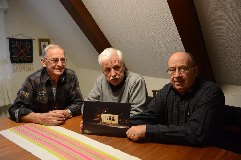 Evert Storm, till vänster, Peter Alf och Leif Henningsson säljer vykort med den upplysta musikpaviljongen som motiv. Foto: Berit Önell