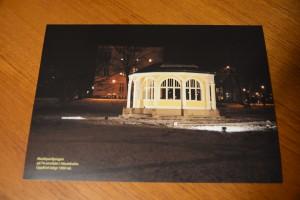 Vykorten i A4-format med den upplysta musikpaviljongen kunde åter köpas på torget på lördagen.
