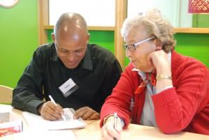 Yonas från Eritrea fördjupar sig i svenska språket med hjälp av Margareta, som har varit lärare, men numera är pensionerad.