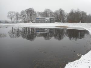 Våtmarksfiltret är dammen som ligger vid Hovdalavägen, framför reningsverkets kontor.