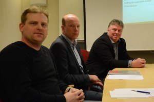 Bengt-Arne Persson, kommunchef, till höger, berättade vid presskonferensen, tillsammans med bland andra Mats Sturesson (C) och Mathias Berglund, Hessleholm Network, om kommunens planerade köp av fiberföretaget. Foto: Berit Önell