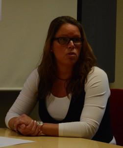 IT-strateg Ann Andersson förklarar att kommunens kalkyler för fiberetableringen ännu inte är klara.