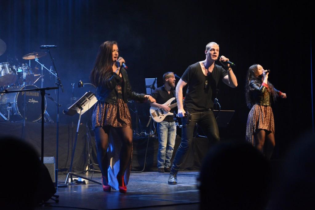 En del av rockshowen Rock the night, som i april sponsras av kommunen, framträdde också på stödgalan.