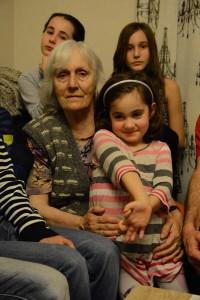 De vill ha sin farmor kvar i Sverige.