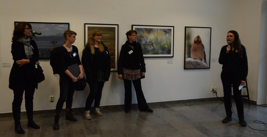 Anna Maris, Studiefrämjandet, presenterade 48-gruppens utställning och fotograferna Anita Campbell, till vänster, Therese Forsberg, Jaana Petersson och Camilla Noresson. Foto: Berit Önell