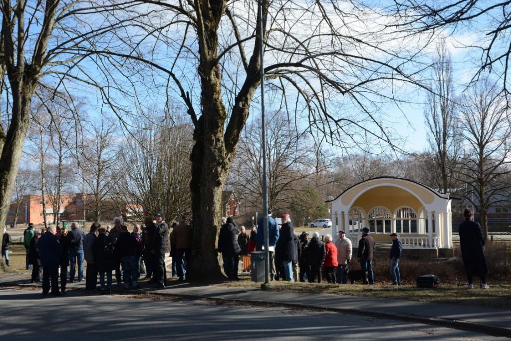 Många ville vara med när SVT Nyheter Skåne kom till musikpaviljongen i Officersparken. Foto: Berit Önell