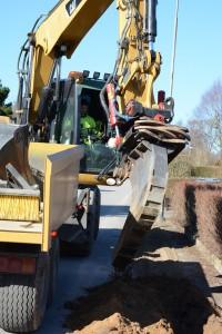 Efter många diskussioner och justeringar har Fibertjänst fått grävtillstånd i Vinslöv. Bilden är från Telias grävarbete i Stoby där kommunen gräver på samma gator. Foto: Berit Önell