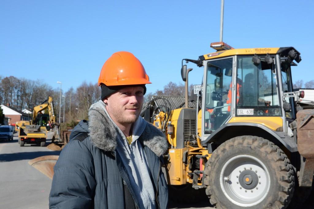 Nu grävs det för fullt för fiber i Stoby. Sören Pedersen är arbetsledare för Ericsson som är Telias entreprenör. Foto: Berit Önell
