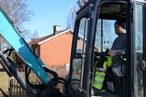 -Vi samarbetar lite när det behövs, säger Lars-Ola Thurn som gräver för kommunens fiber.