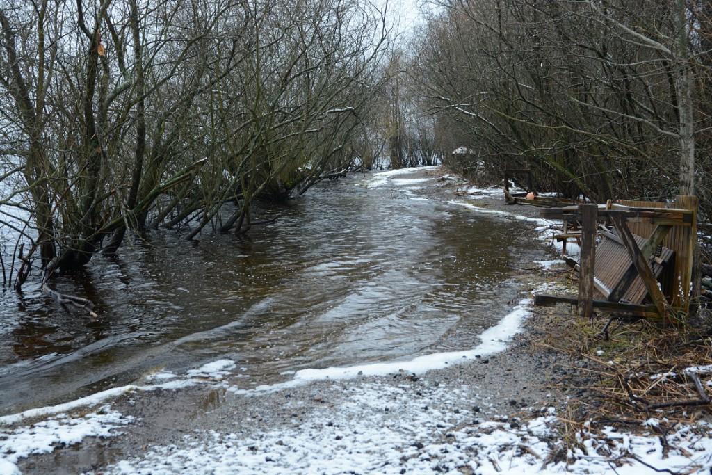 Översvämningen har tagit med sig en stor del av Skåneleden och den kvarlämnade asfaltkrossen ut i Finjasjön. Foto: Berit Önell
