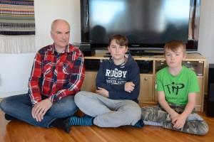 Henrik Eneroth med sonen Ture och grannpojken Hugo Persson tycker att det är tråkigt att vara utan tv. Foto: Berit Önell