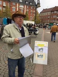 Leif Henningsson har tillbringat många lördagar med namninsamling på Stortorget i Hässleholm. Foto: Berit Önell