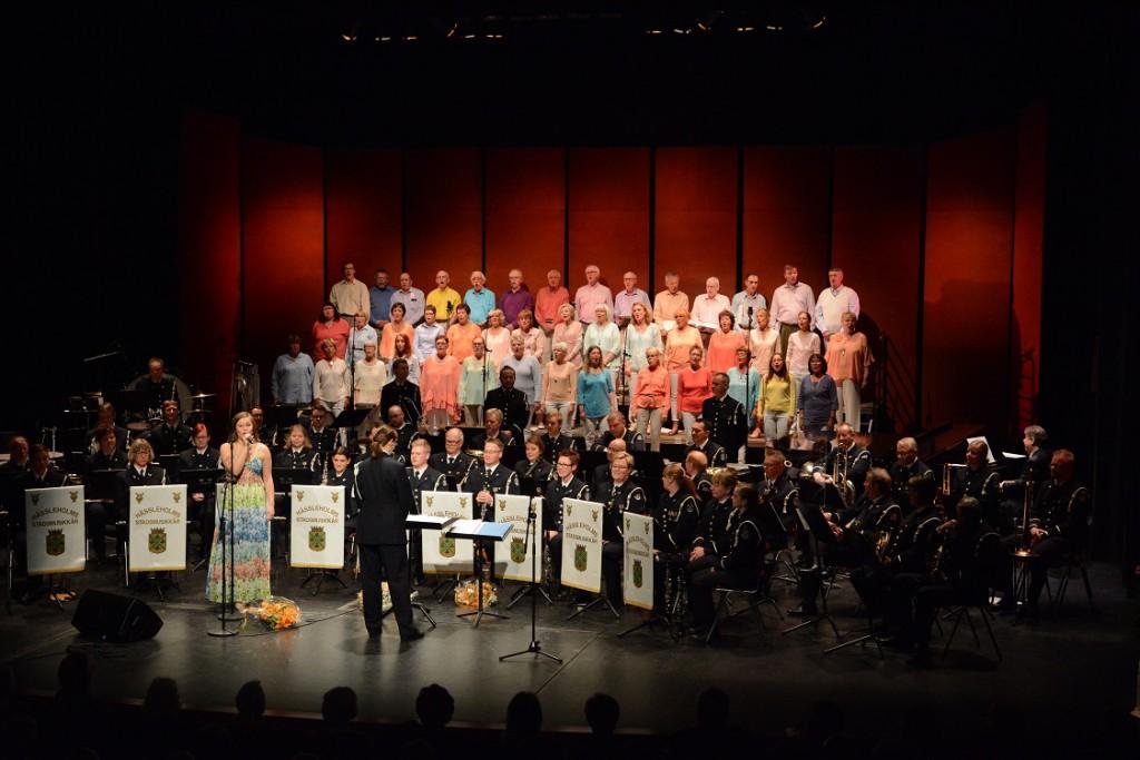 Det var fullt både på scenen och i salongen vid Hesslekörens och stadsmusikkårens gemensamma vårkonsert. Foto: Urban Önell