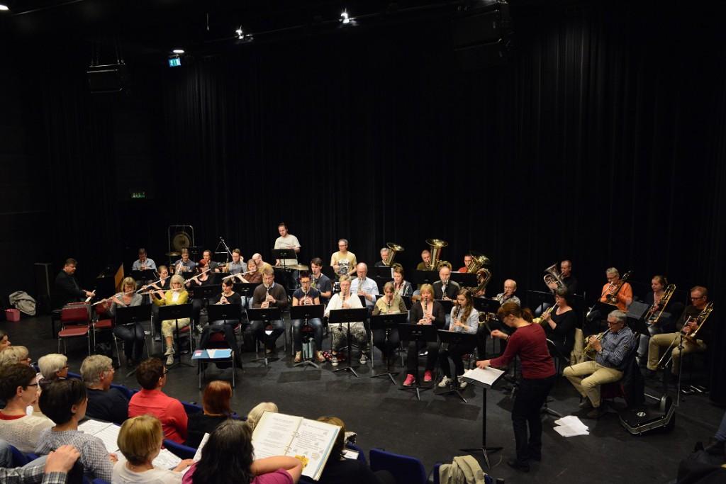Harriet Jönsson tycker det är fantastiskt att stå och dirigera mitt emellan kören och orkestern. Foto: Berit Önell