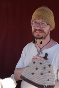 Danile säljer mössor som inte är stickade utan tillverkade i den betydligt äldre nålbindningstekniken.