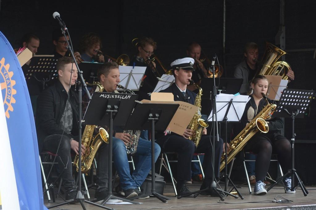 Blåsorkestern fick många att stanna till på Stortorget.