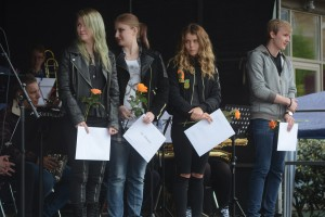 Erika Hansson, till vänster, Ida Antonsson, Ebba, Nikolic Kajrup och Daniel Falk fick ta emot sina stipendier på Stortorget i Hässleholm.