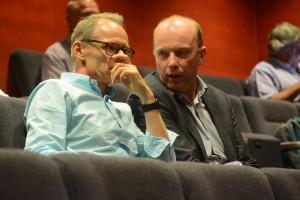 Kommunalrådet och Hibabs ordförande Mats Sturesson (C ) konfererade med Hibabs vd Kent Johannesson under fullmäktigemötet. Foto: Urban Önell