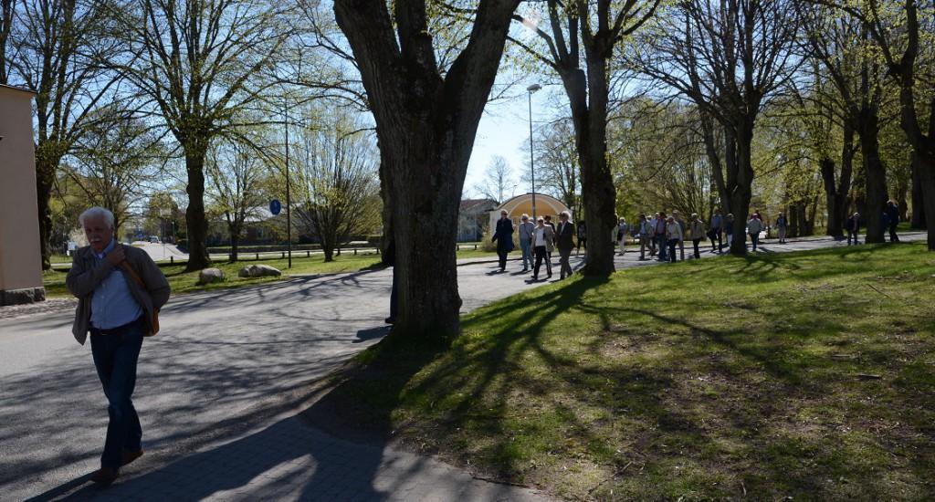 Peter Alf ledde en guidad vandring kring kaserngården på T4-området, med start vid musikpaviljongen i Officersparken. Foto: Berit Önell