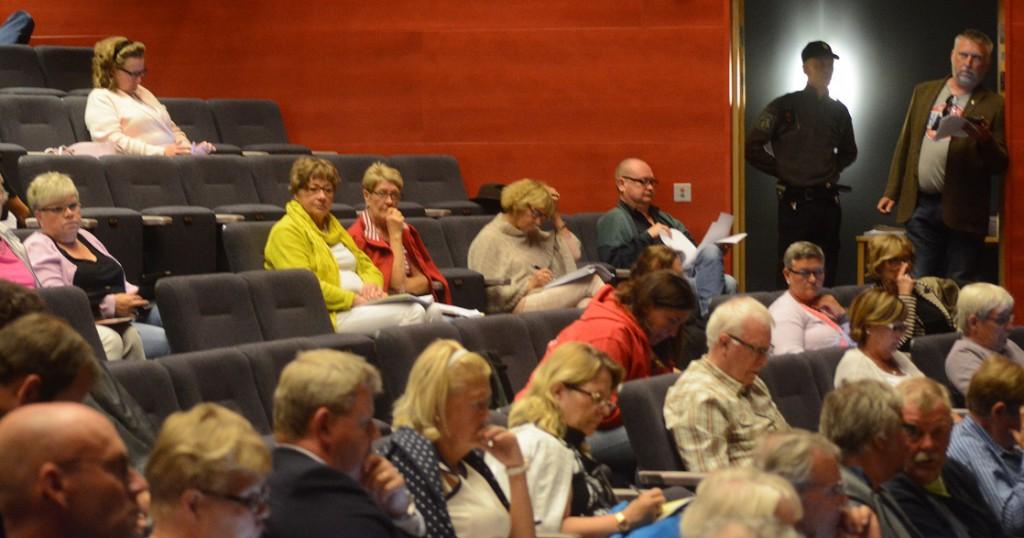 Väktarnas närvaro förvånade en del åhörare, men fullmäktiges ordförande Iréne Nilsson ville inte svara på varför åtgärden vidtagits. Foto: Urban Önell