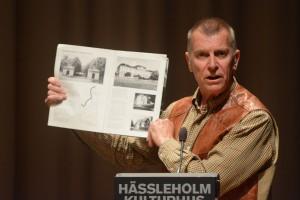 Björn Widmark (FV) visade upp kommunens egen byggnadsvårdsskrift från 1986. Foto. Urban Önell
