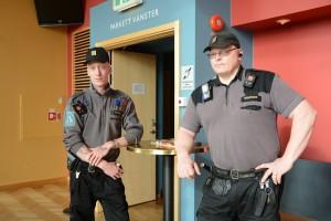 Väktare bevakade kommunfullmäktige när frågan om folkomröstning om musikpaviljongen skulle avgöras. Foto: Urban Önell